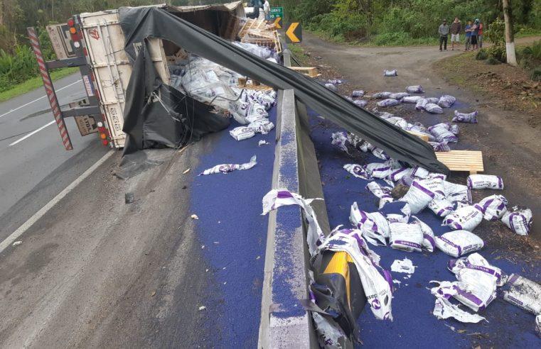 Caminhão carregado de fertilizante tomba na BR-277 sentido Curitiba, em Morretes