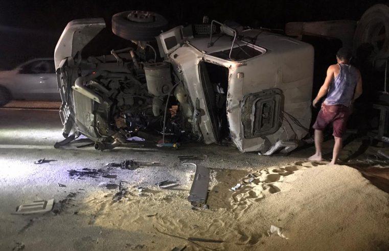 Caminhão tomba no km 44 da BR-277 e deixa motorista gravemente ferido