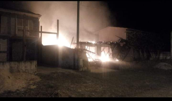 Vários imóveis ficam danificados após incêndio em Pontal do Sul