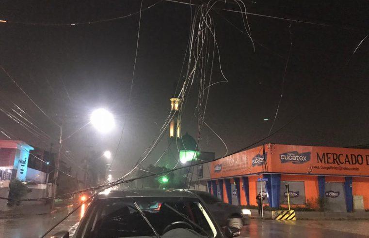 Caminhão arranca fiação de postes e causa acidente entre moto e carro no João Gualberto, em Paranaguá