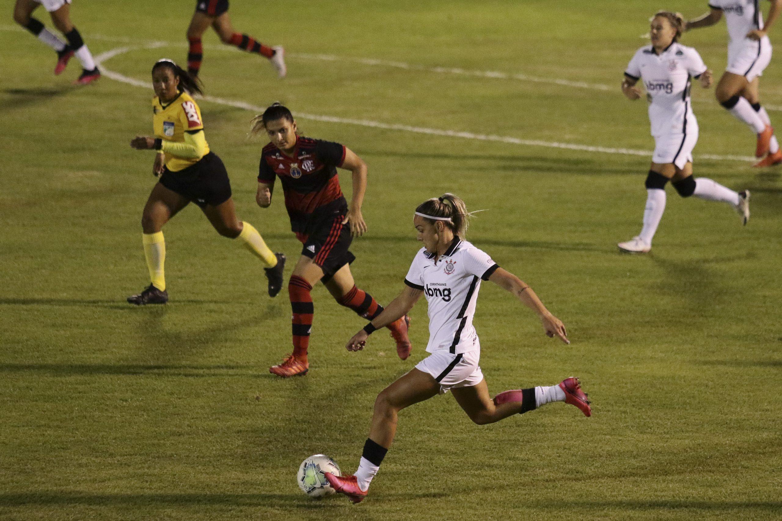 Após frustração, brasileira faz vaquinha por chance em futebol dos EUA