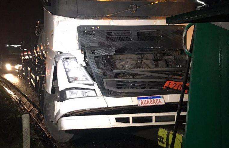 Acidente entre dois caminhões causa lentidão na BR-277