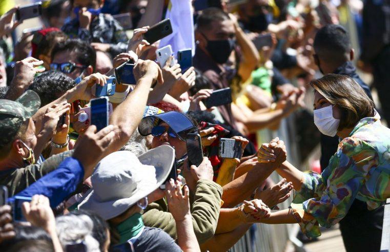 Sete de Setembro em Brasília tem aglomeração, Bolsonaro sem máscara e gritos de 'mita' para Michelle