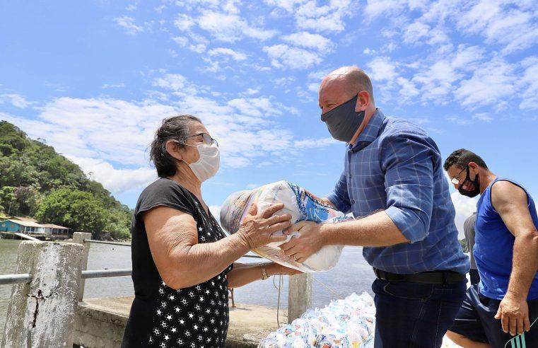Portos do Paraná entrega cestas básicas a comunidades isoladas
