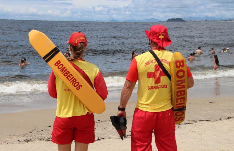 Bombeiros fazem buscas para encontrar adolescente desaparecida no mar