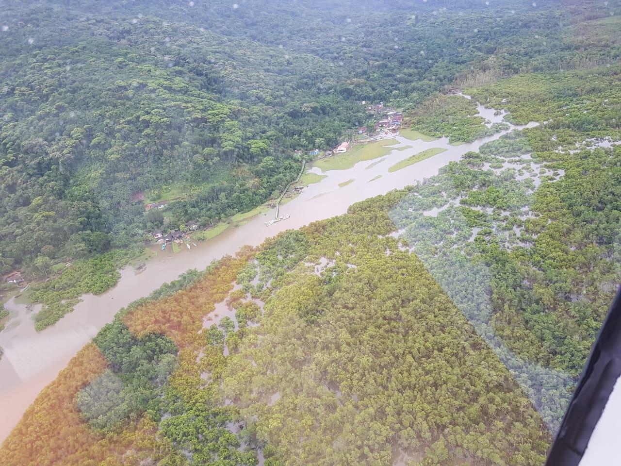 BPMOA sobrevoa região de Guaraqueçaba atingida por inundações