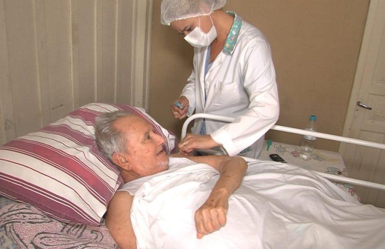 Pacientes acamados são imunizados contra a Covid-19 em Paranaguá