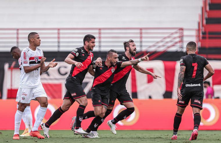 São Paulo perde, chega a 7 jogos sem vencer e pode ver título distante