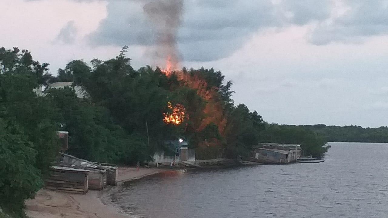 Corpo de bombeiros combate incêndio a residência na Ilha dos Valadares