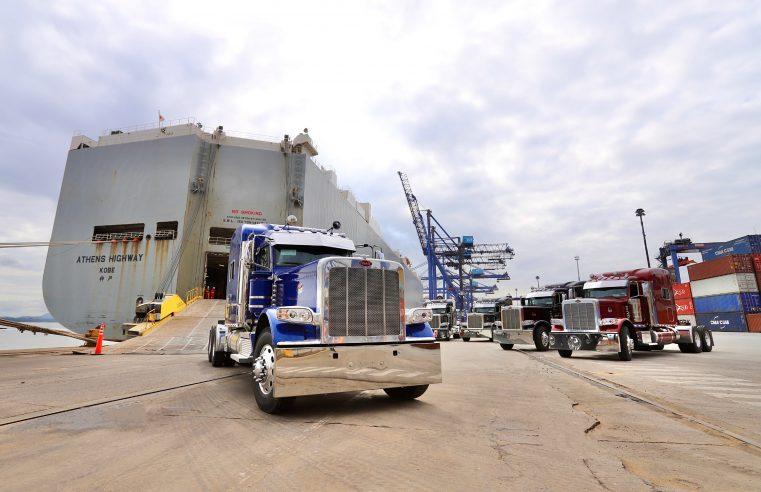 Dez lendários caminhões Peterbilt novos desembarcam no Porto de Paranaguá