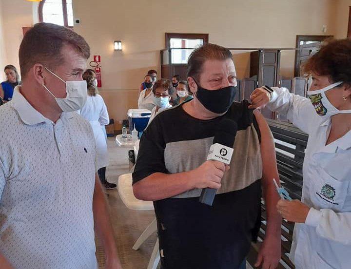 Dose de esperança: Tony Lagos é vacinado contra a Covid-19 em Paranaguá