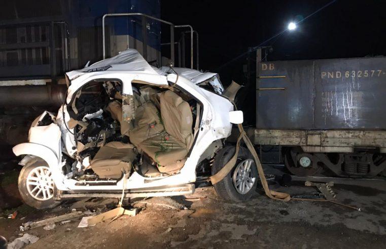 Colisão entre carro e trem de carga deixa jovem preso às ferragens, em Morretes