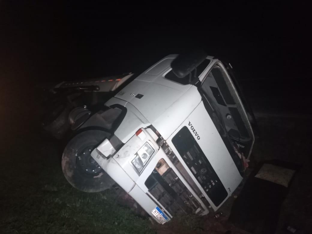 Caminhão tomba na BR-277 e é retirado da via mais de 24 horas depois