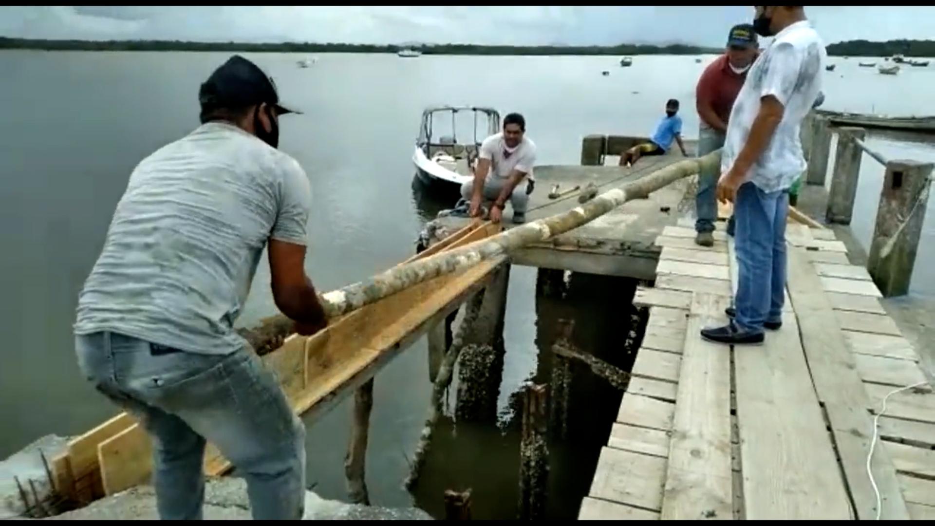 Secretaria de Obras de Guaraqueçaba faz reforma em trapiche que ficou danificado após acidente com barco da Marinha, na Ilha das Peças