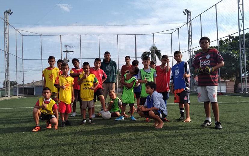 """Projeto social """"Meninos da Vila"""" incentiva crianças carentes a praticarem esporte no tempo livre em Paranaguá"""