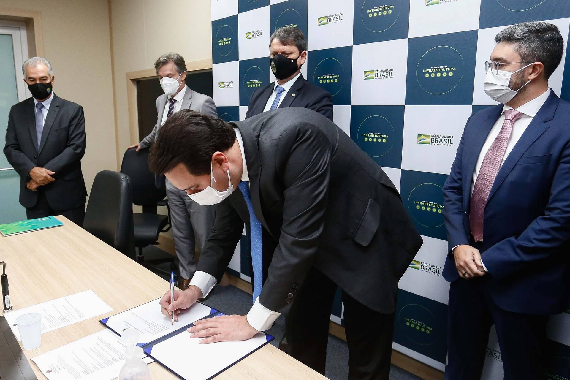 Ratinho Junior assina concessão da área para movimentação de veículos no Porto de Paranaguá