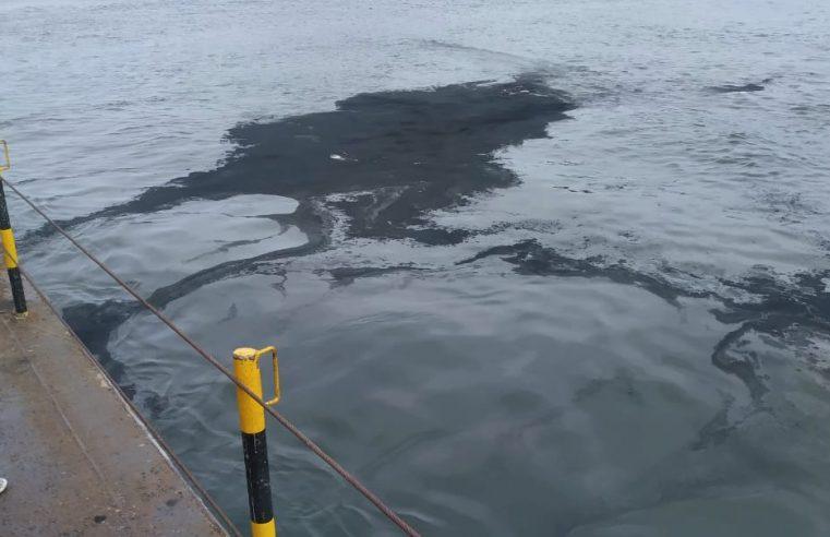 Manchas de óleo aparecem na baía de Guaratuba