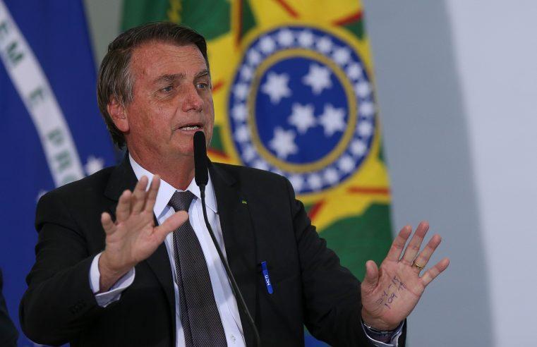 Bolsonaro caminha por corredor de hospital, tem evolução, mas segue sem previsão de alta