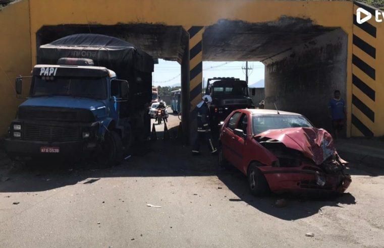 Carro que trafegava pela contramão colide com caminhão na Avenida Senador Atílio Fontana, em Paranaguá