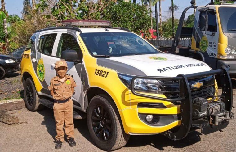 Policiais Militares de Morretes entregam farda para criança que sonha em ser policial