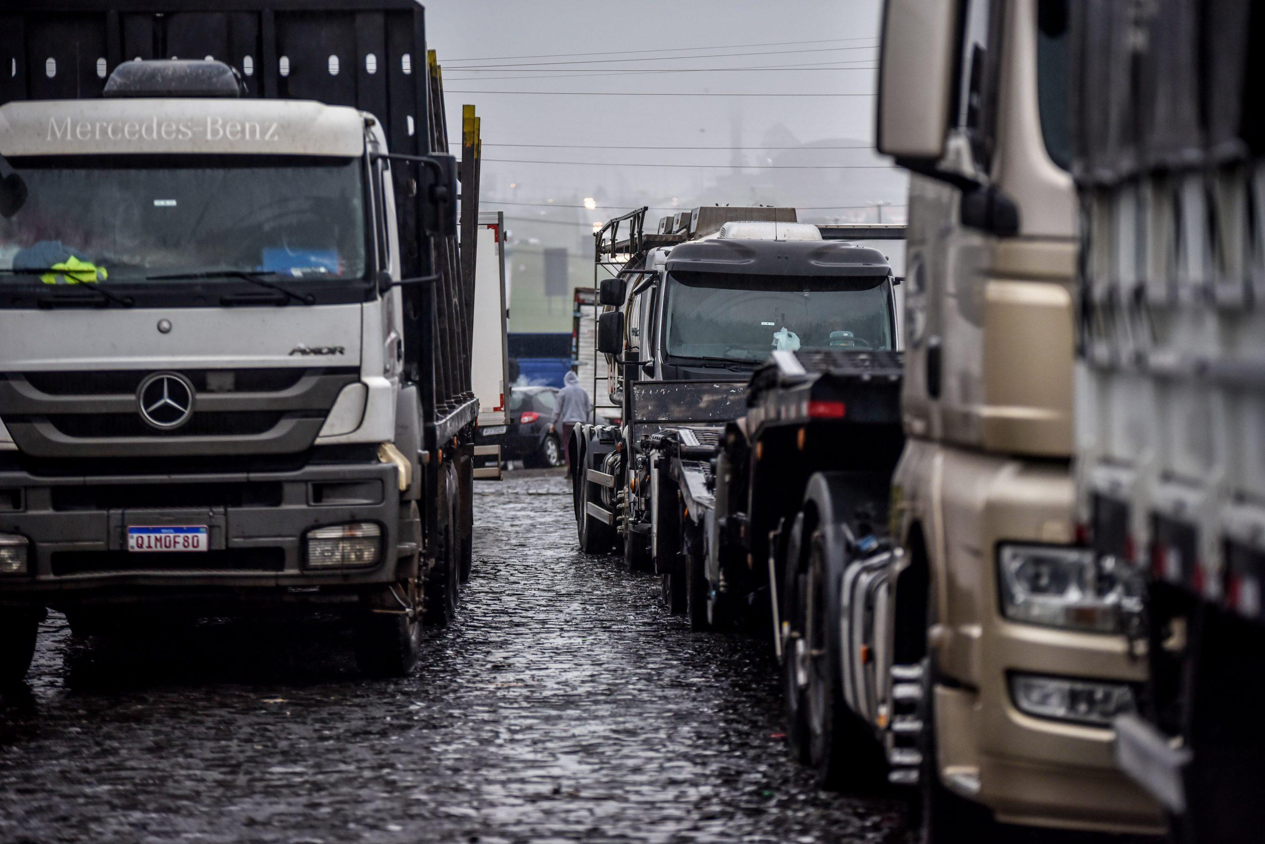 Bolsonaro diz que bloqueios atrapalham economia e pede que caminhoneiros liberem vias