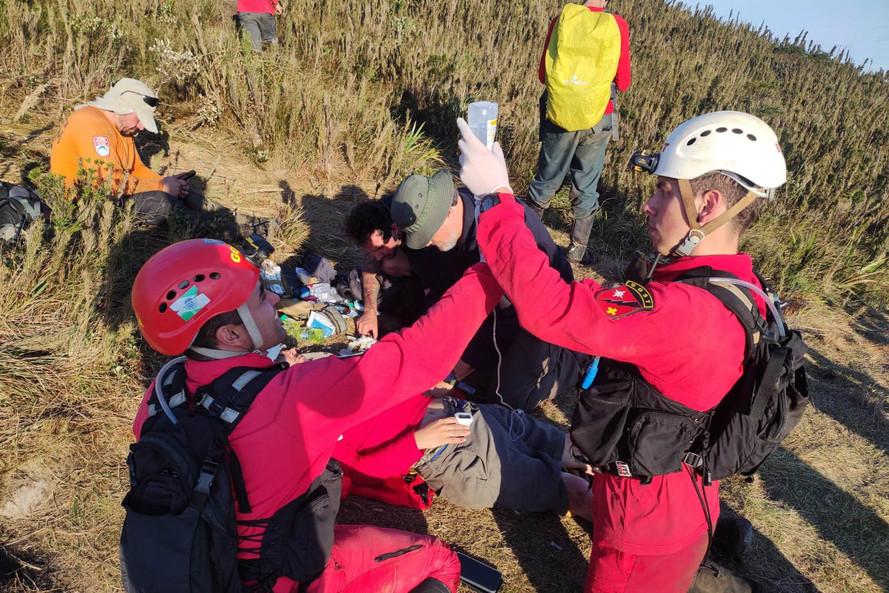 Corpo de Bombeiros resgata homem perdido por seis dias no Pico Paraná