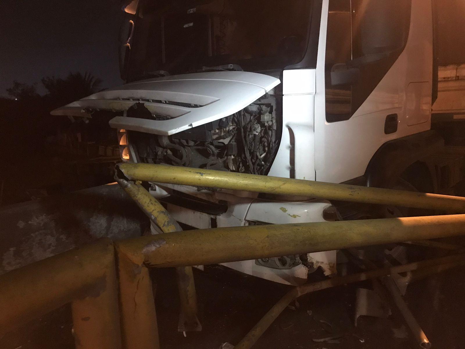Condutor  de caminhão com sinais de embriaguez invade ciclovia e colide com canteiro da Ponte sobre o Rio Emboguaçu