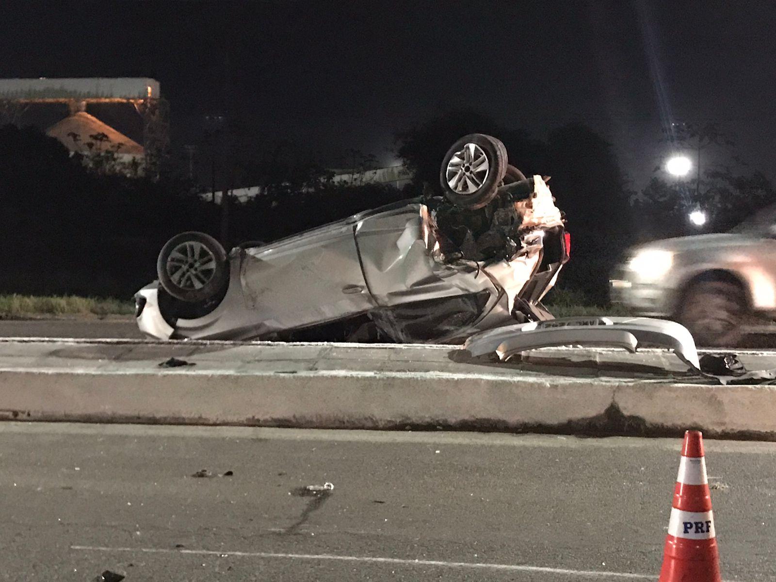 Capotamento entre dois veículos deixa tráfego lento na Avenida Ayrton Senna, em Paranaguá