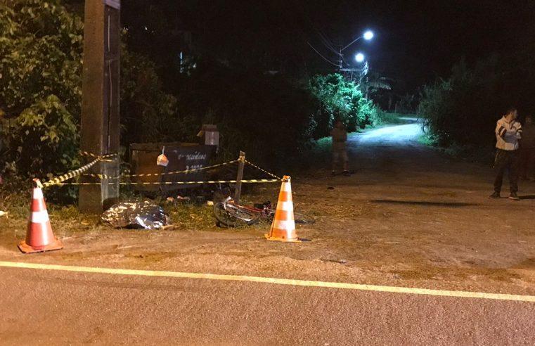 Ciclista morre após perder controle da bicicleta e colidir violentamente com poste, em Guaratuba