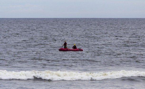 Corpo de Bombeiros continuam buscas por homem desaparecido no mar, em Guaratuba