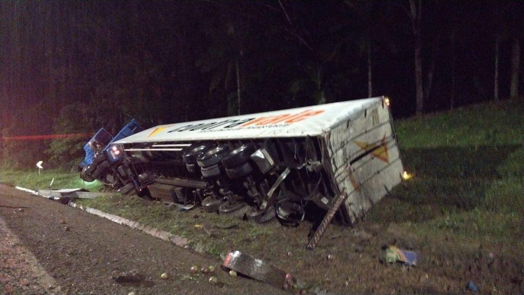 Caminhoneiro morre em acidente na BR-376, em Guaratuba