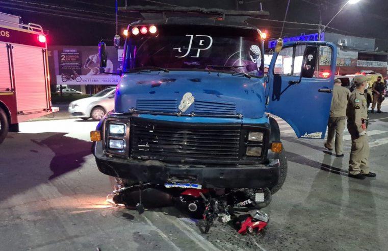 Motoboy é atingido por caminhão em acidente na Avenida Bento Munhoz da Rocha, em Paranaguá