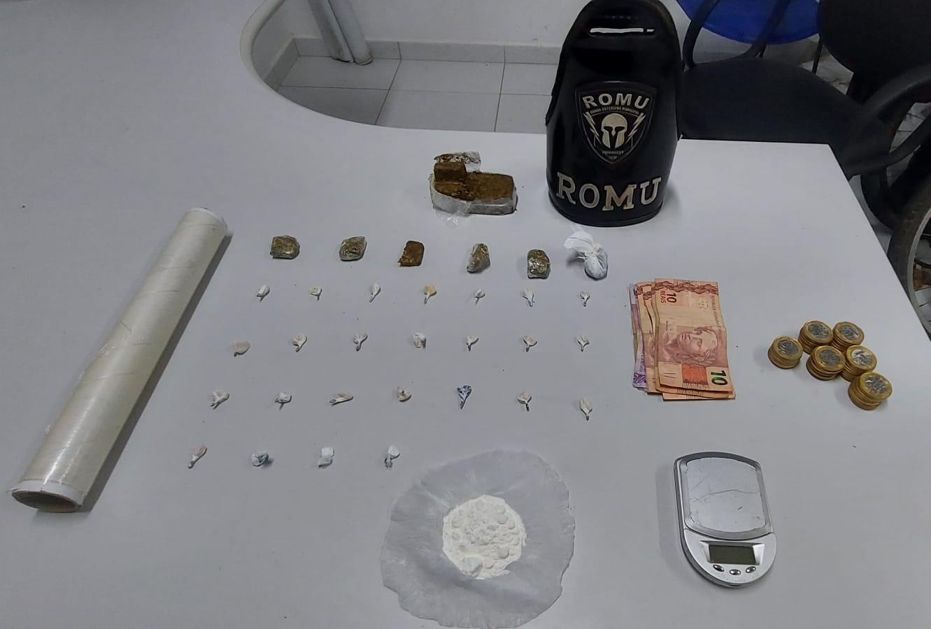 Mulher tenta fugir de abordagem da ROMU e acaba presa suspeita de traficar de drogas no bairro Porto Seguro