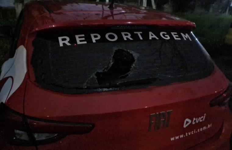 Carro da TVCI é apedrejado enquanto equipe cobria ocorrência no Beira Rio, em Paranaguá