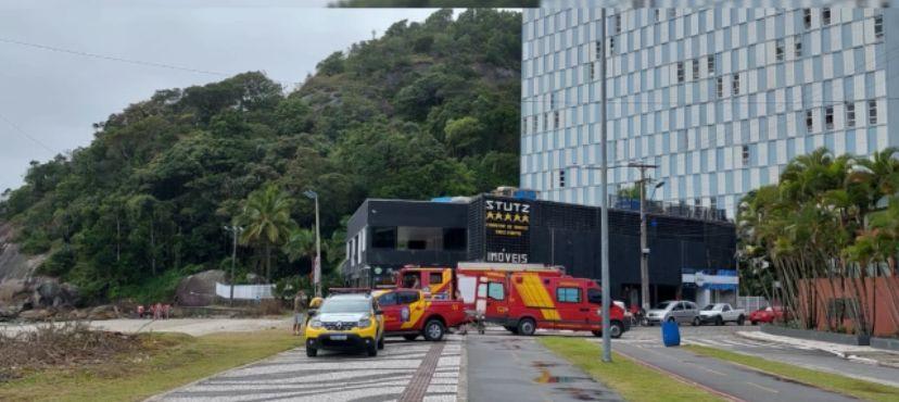 Homem foi resgatado pelo Corpo de Bombeiros no Morro do Boi, em Matinhos