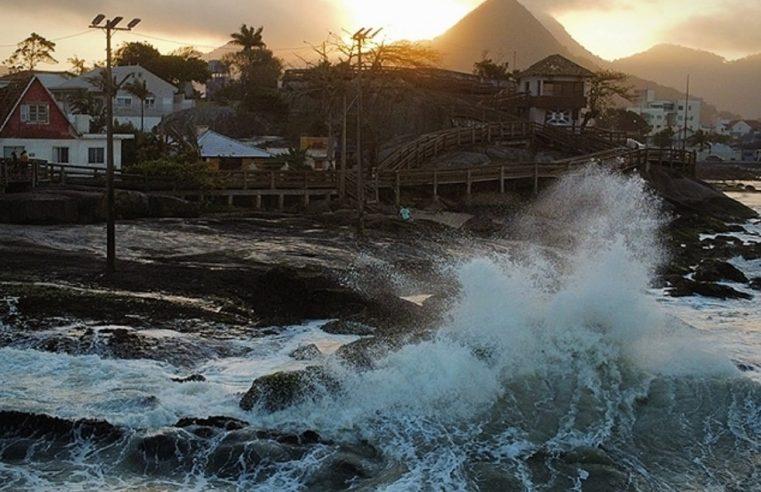 Marinha alerta para agitação marítima com ondas de até 4 metros no litoral do Paraná