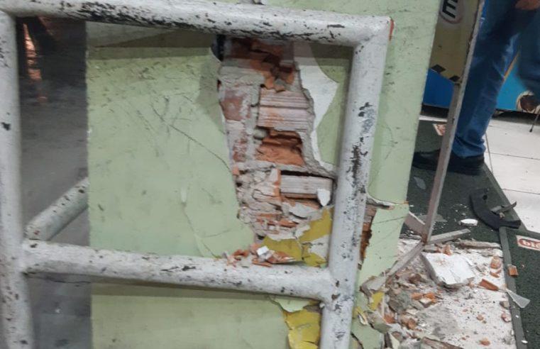 Paranaguá: Homem possivelmente embriagado causa acidente e deixa frente de farmácia destruída